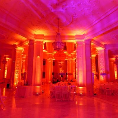Faisceau violet orienté au plafond pour créer un effet